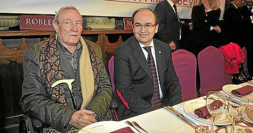 José Castro junto a Roberto Alés, ambos miembros de ´Sevillistas de Nervión´.