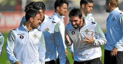 Jordi bromea con sus compañeros en un entrenamiento.