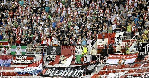 Los aficionados del Feyenoord, en la zona de visitante del Sánchez Pizjuán.