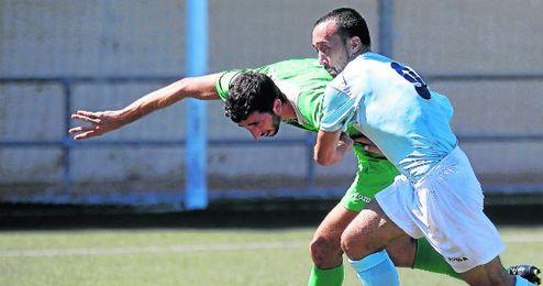 El delantero Ávalo, en su etapa con el Morón, agarra a Enrique (La Barrera).
