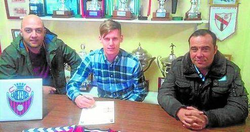 En la imagen, el delantero Wojcik, firmando por el Cabecense, uno de los fichajes más destacados.