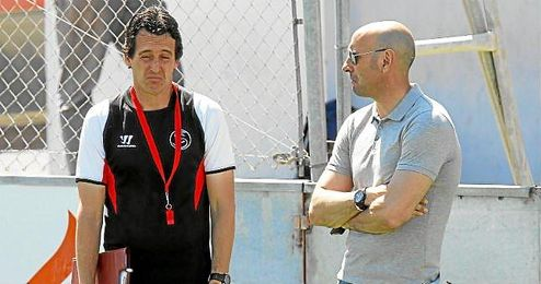 Monchi dialoga con Emery en un entrenamiento.