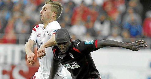 Sissoko, en un lance con Deulofeu en el Sevilla-Granada.