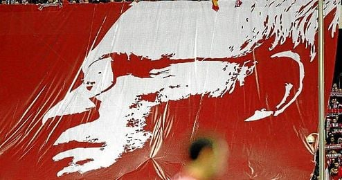 La afición del Atlético homenajeó con este tifo el fallecimiento de Luis Aragonés.