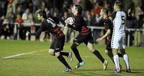 Iván corre con el balón nada más marcar el 2-1 en el 94´ junto a Francis y Chuli, ante las protestas de Guille.