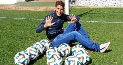 Álex Alegría posa para ESTADIO con diez balones, uno por cada gol marcado.