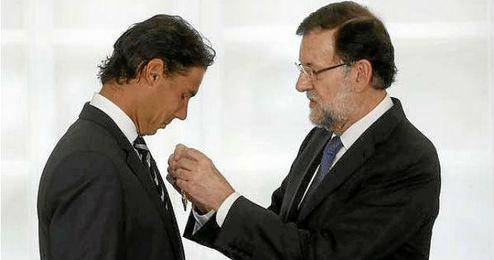 Rajoy le entrega la medalla a Nadal.