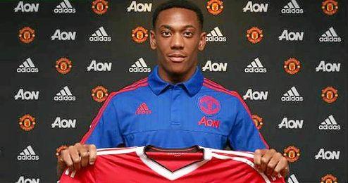 Martial posa con la camiseta del Manchester United.