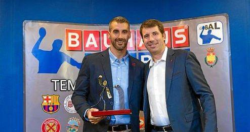 El jugador recogiendo el trofeo en la ´Gala Asobal´.
