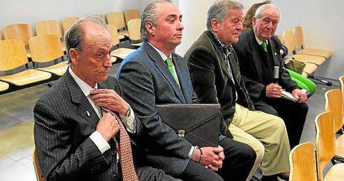 Manuel Ruiz de Lopera, en los juzgados de Sevilla junto a uno de sus abogados y Jos� Le�n.
