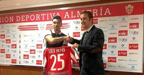 El chileno Lolo Reyes posa con su nueva camiseta.