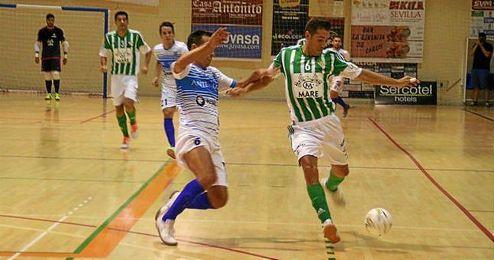Los jugadores del Betis y el Antequera disput�ndose el bal�n.