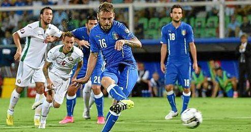 De Rossi hizo el gol de Italia de penalti.