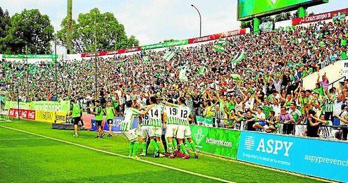 Los jugadores del Betis celebran un gol ante el Alcorcón el curso pasado ante la grada de Gol Sur.