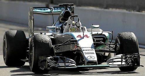 Hamilton celebra su victoria sobre su Mercedes.