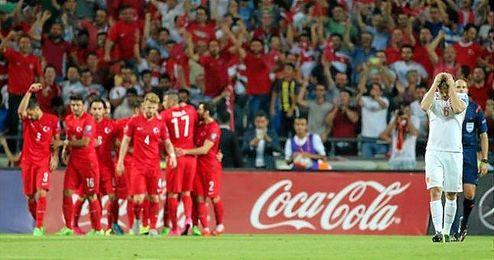 Los jugadores turcos celebran uno de los goles ante la desesperaci�n holandesa.