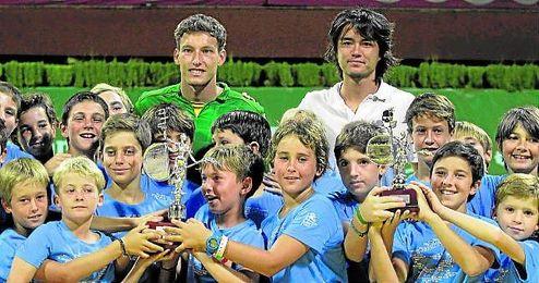 Pablo Carreño, a la izquierda en la imagen, defenderá el Giraldillo que consiguió en la pasada edición en el Tenis Betis.