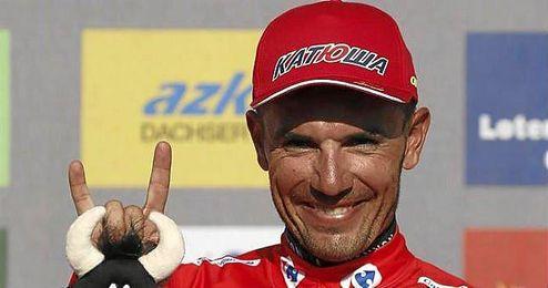 Purito, en el podio con el maillot rojo.