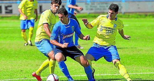Los corianos Melo e Isco Ortega presionan la conducción de balón de un jugador del San Juan.