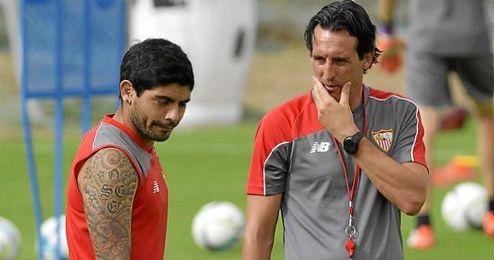 Emery, junto a Banega en un entrenamiento.