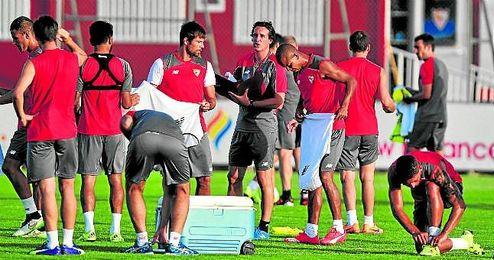 Unai Emery da órdenes durante un entrenamiento en la ciudad deportiva del Sevilla.
