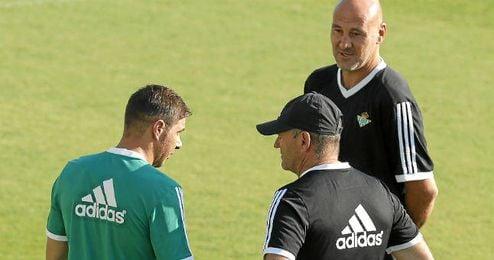 Joaquín charla con Pepe Mel y Roberto Ríos durante el entrenamiento.