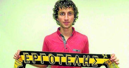 Miroslav Stevanovic posa con la bufanda de su nuevo club.