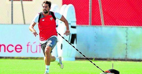 Coke realiza carrera con peso durante un entrenamiento del primer plantel sevillista.
