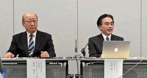Tatsumi Kimishima, a la izquierda, tiene una larga carrera en la compañía de ´Súper Mario´.
