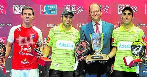 Navarro, a la izquierda, con su trofeo en Montecarlo.
