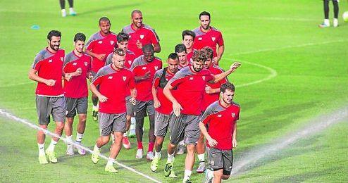 Imagen de grupo durante un entrenamiento del primer plantel sevillista en la ciudad deportiva José Ramón Cisneros Palacios.
