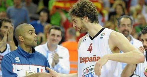Parker y Gasol se saludan tras la final del Eurobasket 2011.