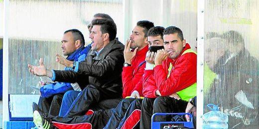 En la imagen, Diego Rom�n, con gesto expresivo, en el banquillo del Cabecense, su �ltimo equipo.