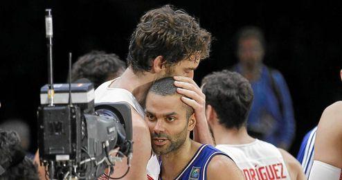 Pau Gasol abraza a su amigo Tony Parker al final.