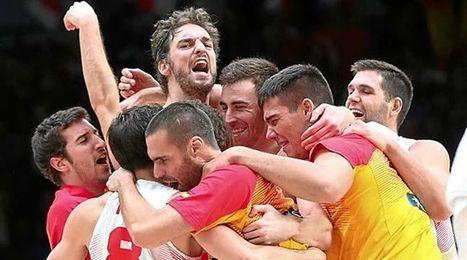El conjunto nacional celebra el campeonato tras la finalizaci�n del duelo frente a Lituania.
