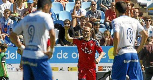 Nino celebra su gol ante la pesadumbre de los jugadores del Zaragoza.
