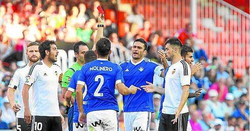 El colegiado madrileño ha mandado a la caseta ya a siete futbolistas del conjunto verdiblanco.