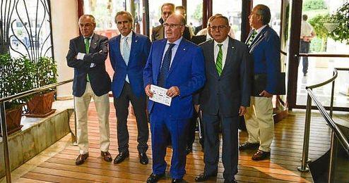 En la imagen, Castaño y sus consejeros a la entrada de la Junta.