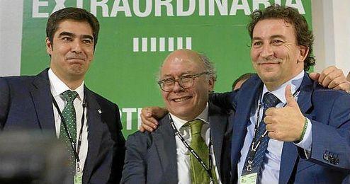 En la imagen, José Miuel López Catalán, Ángel Haro y Juan Carlos Ollero muestran su alegría tras el resultado de la Junta.