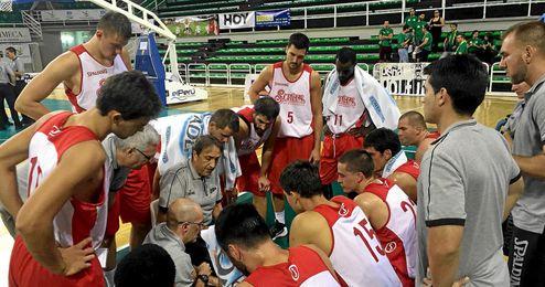 Los jugadores atienden a Luis Casimiro.