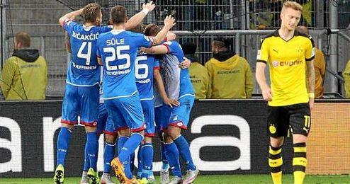 Jugadores del Hoffenheim celebran su gol al Dortmund.