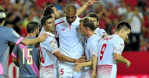 El jugador del Sevilla, Jos� Antonio Reyes, celebra el gol.