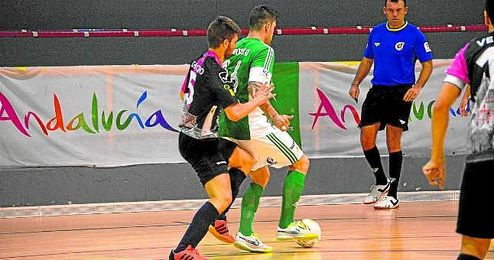 El verdiblanco Juanillo, presionado por Chicho del Zamora, en una acci�n del partido de ayer.