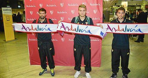 Coke, Immobile y Cristóforo posan con la bufanda de Andalucía en el aeropuerto de San Pablo.