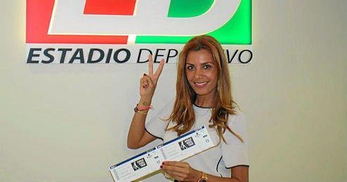Una de las premiadas, posa sonriente con su entrada doble en ESTADIO Deportivo.