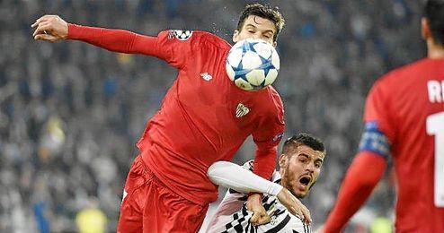 Andreolli pugna un balón con Morata.