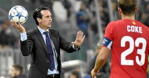 Emery da unas indicaciones desde la banda del Juventus Stadium.