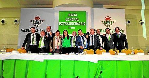 La alegría del consejo de administración que salió de la candidatura victoriosa en la pasada junta extraordinaria de accionistas.