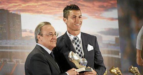 Florentino Pérez entregándole el premio a Cristiano Ronaldo.