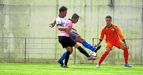 Momento del gol isle�o, cuando �o�o le gana la partida a Hornillos y bate, posteriormente, a Nico.